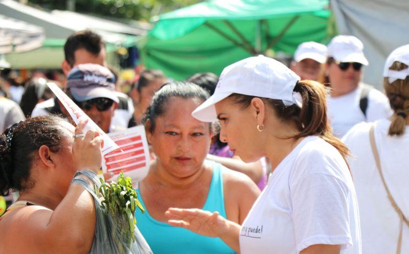 La candidata de Morena y PT, finalizó su recorrido con los tianguistas. (Redacción)