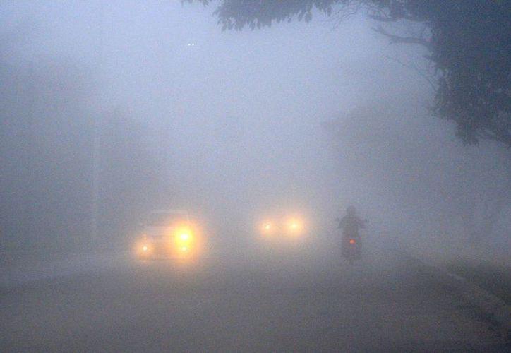 Debido a la niebla, la visibilidad era casi nula en las vialidades de la capital del estado. (Harold Alcocer/SIPSE)
