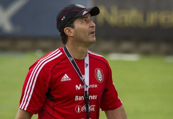 Para Miguel Herrera, aunque es positivo que De la Torre siga al frente de la Selección Nacional, tiene que dar resultados y llevarla al Mundial. En la imagen, 'Chepo' durante un entrenamiento. (Archivo Notimex)