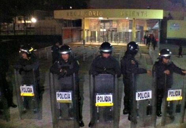 Granaderos resguardaron el Reclusorio Oriente durante la liberación de los implicados en los violentos disturbios del 2 de octubre. (Milenio)