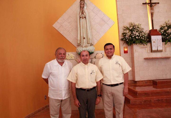 Los presbíteros Alejandro Álvarez Gallegos y Efraín Pérez dieron conocer las actividades que realizará la Arquidiócesis de Yucatán en honor a la Virgen de Fátima, cuya primera aparición en Portugal fue el 13 de mayo de 1917. (Jorge Acosta/Milenio Novedades)