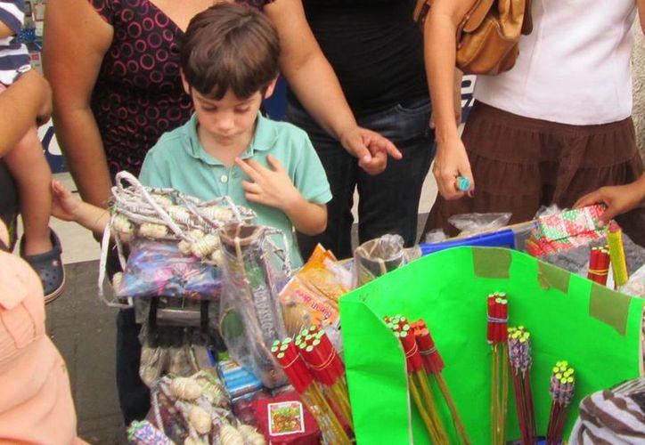 Los más interesados en comprar <i>bombitas</i> fueron los niños. Las ventas no han sido las esperadas. (Christian Cuxim/SIPSE)