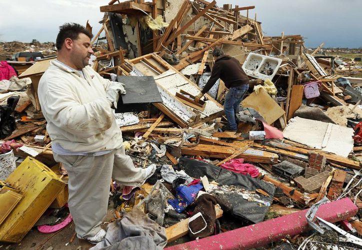 Jon Johnson mira los restos que quedaron de su casa. (Agencias)