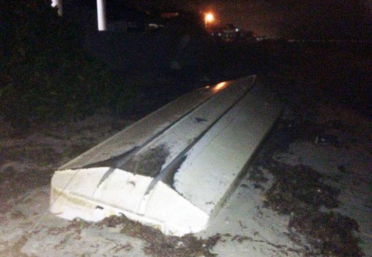 Imagen de uno de las cuatro lanchas que terminaron en la orilla de la playa después de los fuertes vientos de anoche. (Gerardo Keb/SIPSE)
