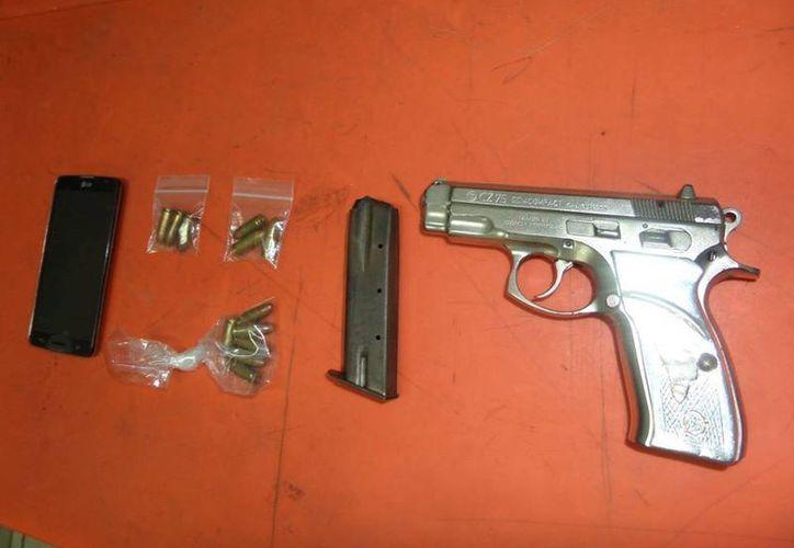 La joven fue detenida en posesión de una pistola tipo escuadra 9 milímetros, abastecida con 12 cartuchos. (Redacción/SIPSE)
