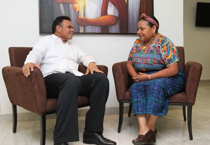 El gobernador Rolando Zapata y la Premio Nobel de la Paz, Rigoberta Menchú, durante la plática que sostuvieron en el aeropuerto meridano. (Cortesía)