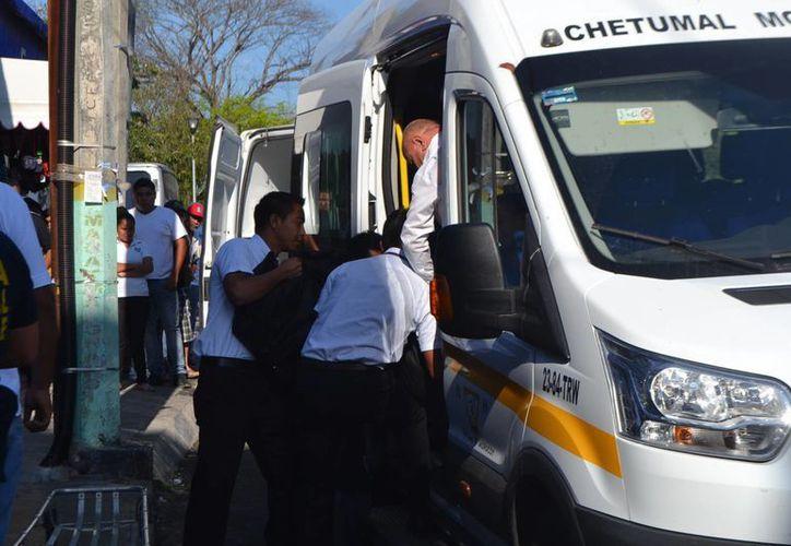 Mujer de 63 años falleció, presuntamente, de un ataque al corazón en el interior de una combi. (Ángel Castilla/SIPSE)