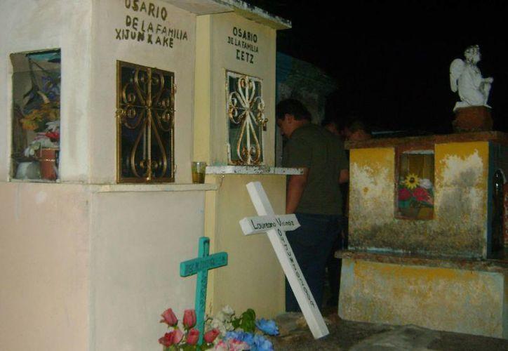 Se ha comprobado que algunas luces del cementerio de Tixkokob se prenden y apagan solas. (Jorge Moreno/SIPSE)
