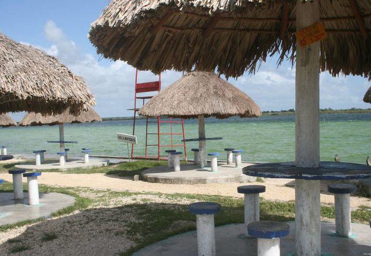 Los balnearios del Pueblo Mágico están vacíos en estos días, en parte por el mal tiempo que ha acarreado el frente frío número 12. (Javier Ortiz/SIPSE)
