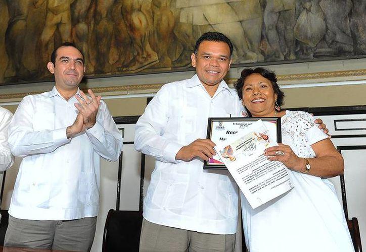 Zapata Bello (c) presidió la última entrega de créditos del Foproyuc a 28 productores  19 municipios de Yucatán, con un monto mayor a los 3.5 millones de pesos. (Cortesía)