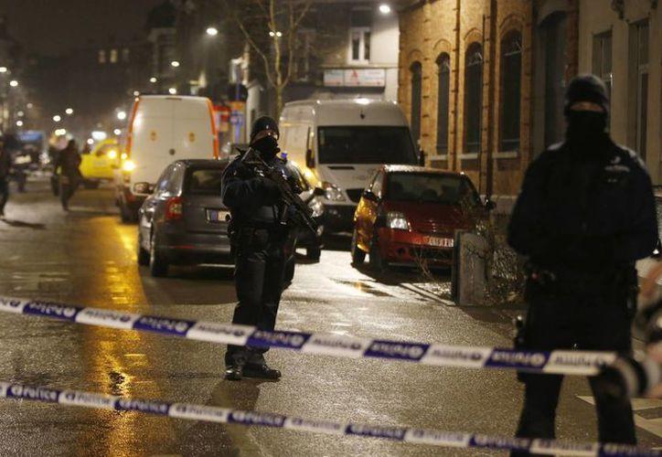 Seis personas fueron detenidas en Bélgica como posibles implicados en los atentados terroristas de Bruselas. En la foto, operátivo policiaco en Schaerbeek, dentro de la ciudad de Bruselas.  (AP)