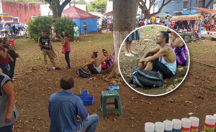 Al vocalista de Café Tacvba se le vio platicando con algunos niños y pobladores en Caucel. (Foto tomada de Facebook)