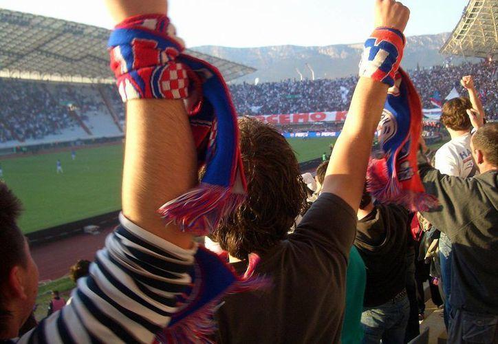 Seguidores del Dínamo de Zagreb y del Hajduk Split se agredieron después de encontrarse mientras viajaban en direcciones opuestas. (larbes.com)