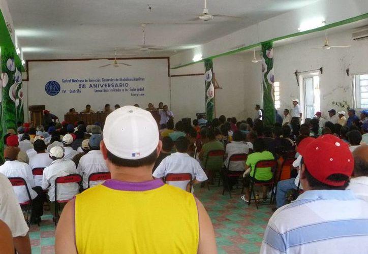 Realizan ejidatarios reunión en la Casa Ejidal. (Raúl Balam/SIPSE