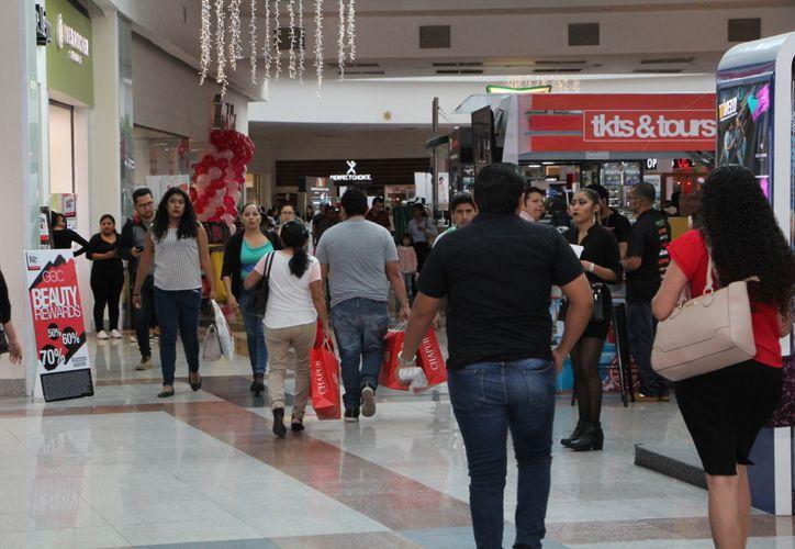 Los cuerpos policíacos han implementado una serie de operativos, para garantizar la seguridad de los compradores. (Foto: Paola Chiomante)
