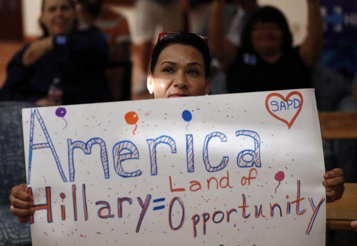 Una partidaria de la candidata demócrata a la Casa Blanca, Hillary Clinton, durante una fiesta organizada para seguir la Convención Nacional Demócrata, en San Antonio, Texas. (Agencias)