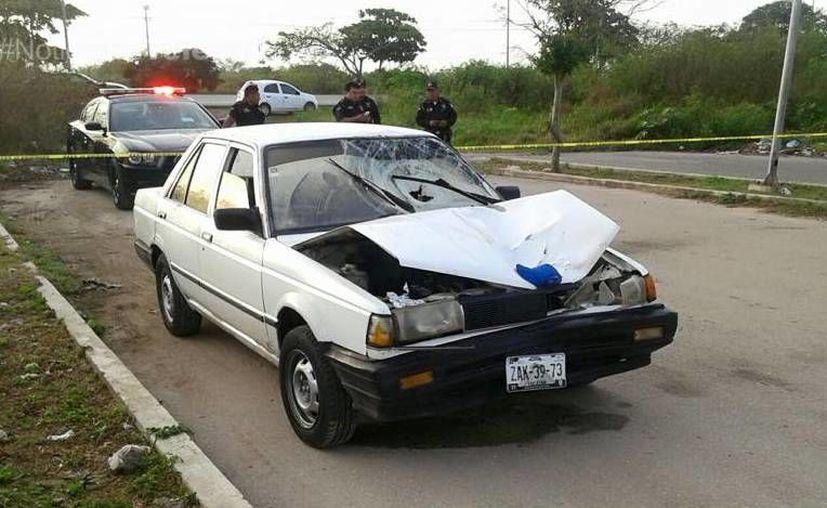 Este es el automóvil Nissan Tsuru con placas ZAK3973 que fue hallado en el Fraccionamiento Villa Magna Sur, después de que quien lo conducía causó la muerte de una persona en el Anillo Periférico de Mérida. (Milenio Novedades)