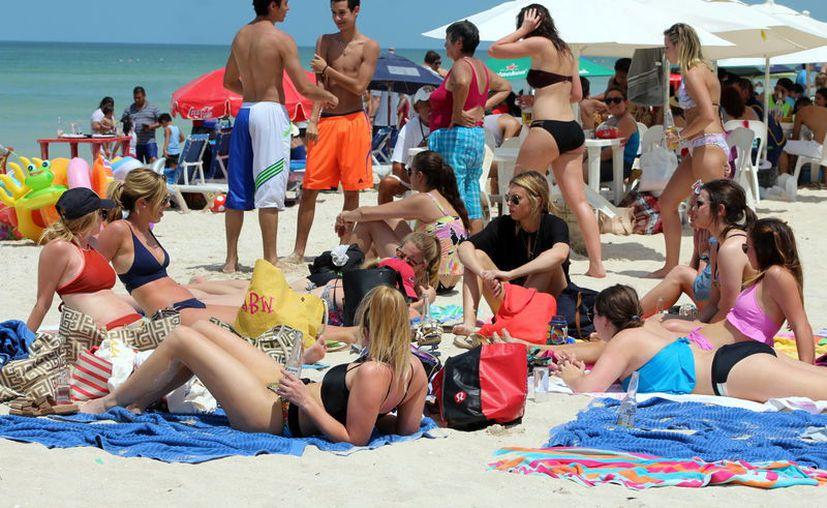 Cruceristas se asolearon ayer en las playas de Progreso. (Gerardo Keb)