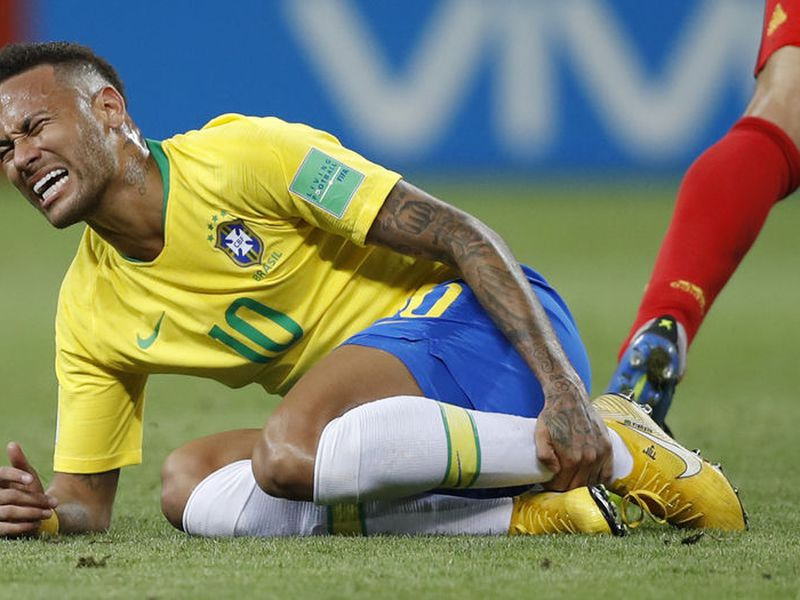 Las caídas de Neymar han servido, entre otras cosas, para que un diseñador arme un sistema alfabético (Foto AP)
