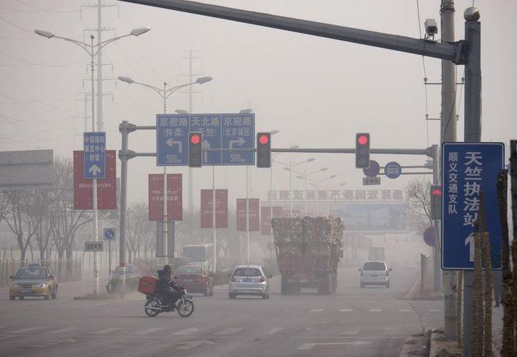 Por quinto día consecutivo las calles de Pekín siguen cubiertas por una espesa capa de polución. (EFE)