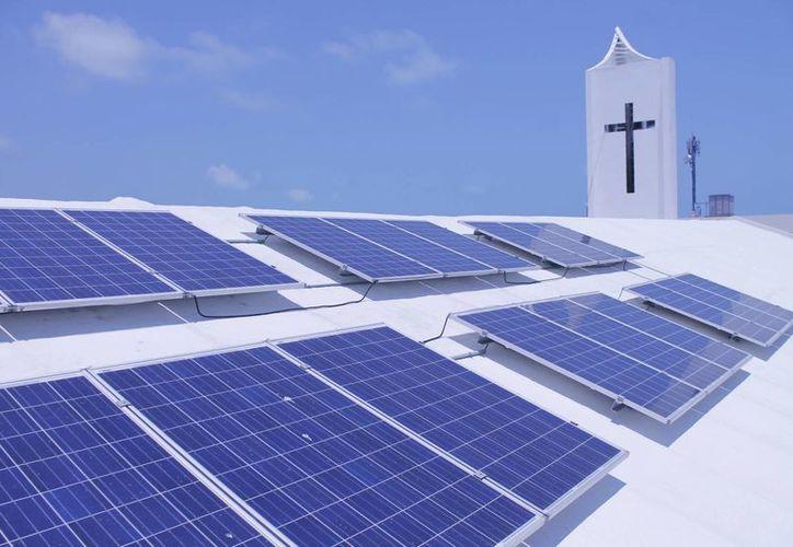 Directivos de Conermex y Soluciones Solares Inteligentes realizaron la instalación de los paneles. (Jesús Tijerina/SIPSE)