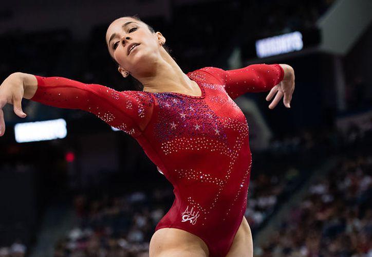 Aly Raisman, triple campeona olímpica en gimnasia, acusó en Twitter que un funcionario de un aeropuerto hizo un comentario sobre sus músculos. (www.nbcolympics.com)