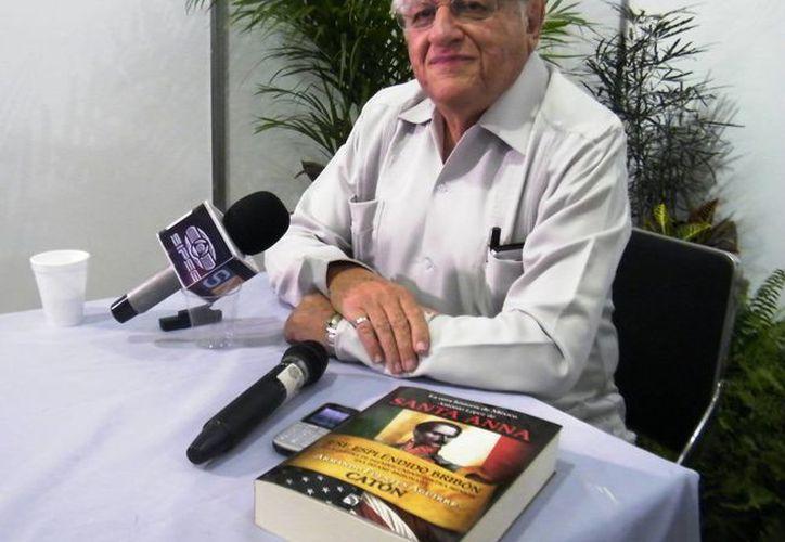 Armando Fuente Aguirre el último en presentar su libro en la Filey, antes de la clausura. (Cecilia Ricárdez/SIPSE)