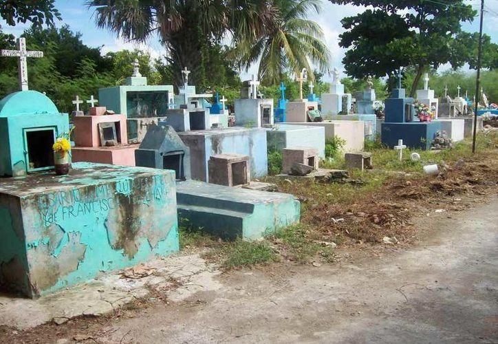 Este es el pequeño panteón de la comisaría de Ucí, muy cerca de Motul. (Jorge Moreno/SIPSE)