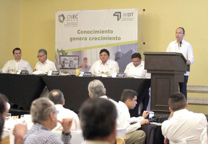 Especialistas durante la Primera Jornada de Consultoría Yucatán 2016. (Amílcar Rodríguez)