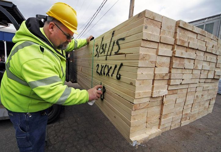 Un trabajador marca un cargamento de madera en los aserraderos Allegheny Millwork and Lumberyard en Pittsburgh. (Agencias)