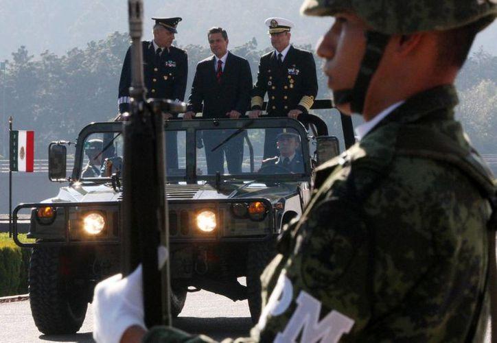 Peña Nieto dijo que los generales y almirantes en retiro son 'dignos herederos del patriotismo'. En la imagen, aparece flanqueado por el titular de Sedena, Salvador Cienfuegos (i) y de Semar, Francisco Soberón Sanz. (Notimex)