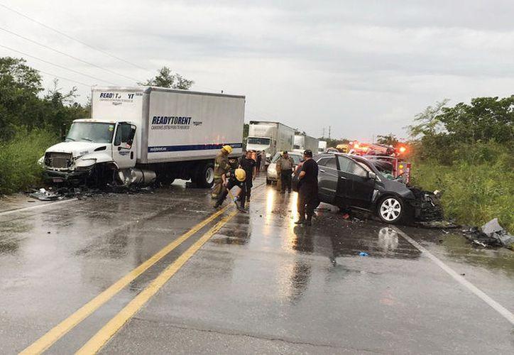 Destrozada del frente quedó la camioneta Cadillac, en tanto que el torton también tuvo severos daños. (Luigi Domíguez/ Milenio Novedades)