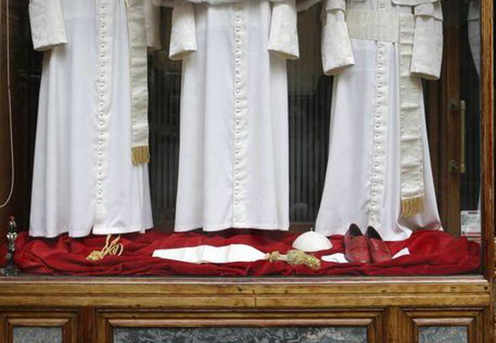 Los tres conjuntos de trajes papal son mostrados la tienda de sastrería Gammarelli, en Roma. (Agencias)