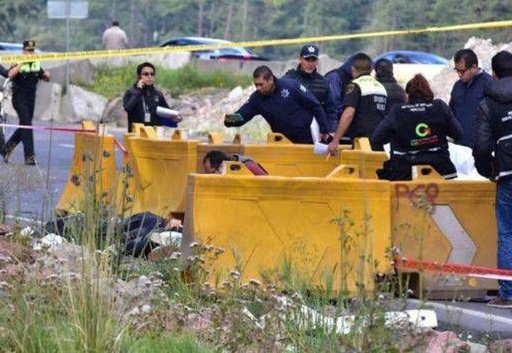 El hallazgo de los cuerpos se dio cerca de las 07:00 horas por usuarios de dicha vía federal. (twitter.com/NTelevisa_com)
