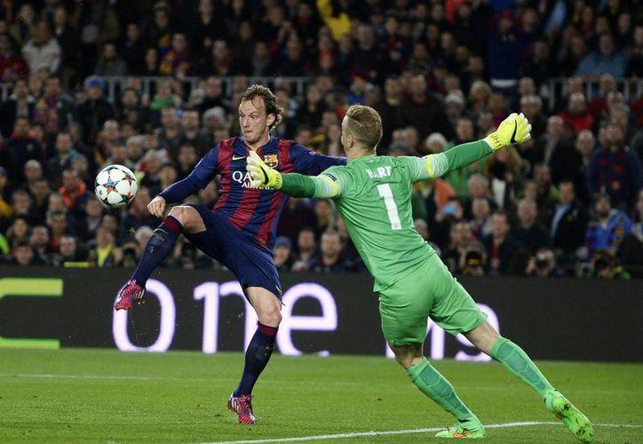 Rakitic se la globeó al arquero del Manchester City y de la Selección de Inglaterra, Joe Hart, y anotó el único solitario en la victoria del Barcelona. (Foto: AP)