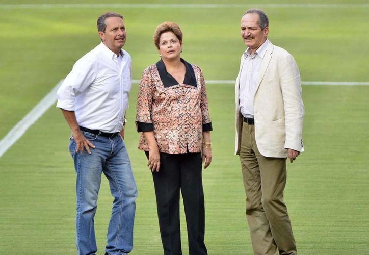 Roussef (c) con el gobernador Eduardo Campos y el Ministro de Deporte, Aldo Rebelo, en la Arena con capacidad para 43 mil 921 espectadores. (terra.com.br)
