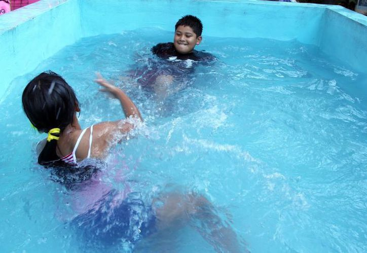 Muchos yucatecos aprovechan para llenar sus piscinas en esta época. (José Acosta/SIPSE)