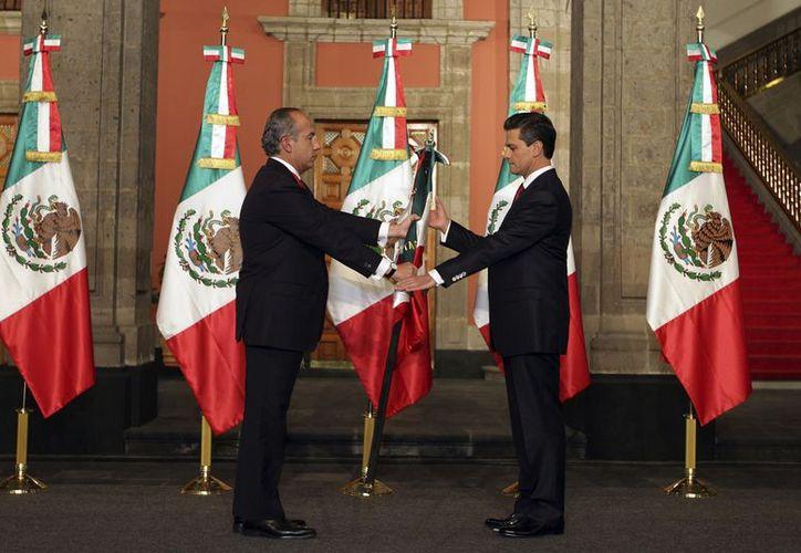 Felipe Calderón entrega la Bandera Nacional a Enrique Peña Nieto. (Agencias)
