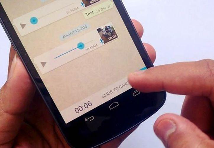 Las actualización de WhatsApp permite deslizar el ícono del micrófono para hacer notas de voz. (Foto: Contexto)