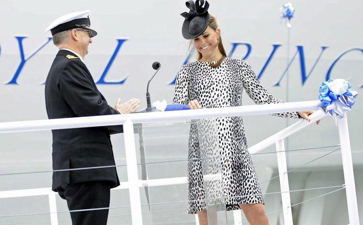 """La duquesa Catalina de Cambridge sonríe durante la botadura del barco crucero """"Princess Royal"""" junto a su capitán, Tom Draper. (EFE)"""