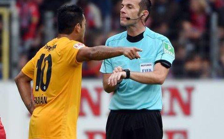 El Eintracht Frankfurt de Marco Fabián sumaba tres partidos sin conocer la derrota en la Bundesliga. En la foto, Fabián discute con el árbitro central.(Foto tomada de Twitter/@Eintracht)