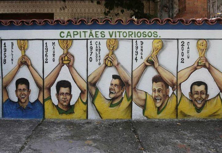 Con participación en todas las Copas del Mundo desde 1930, la selección brasileña se convirtió en la única pentacampeona: Suecia 1958, Chile 1962, México 1970, EU 1994 y Corea-Japón 2002. (AP)