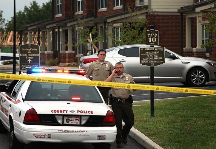 Los policías abrieron fuego contra el sujeto cuando éste les apuntó con un rifle. (AP)