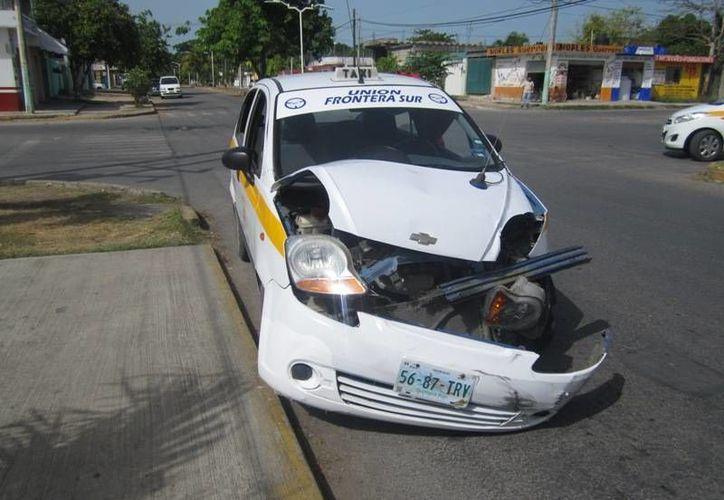 El frente del taxi quedó destrozado y el otro auto con pequeños detalles. (Redacción/SIPSE)