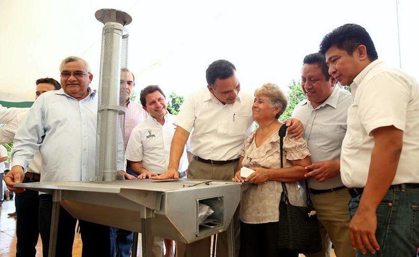 Familias del sur de la entidad recibieron estufas con chimenea. (Milenio Novedades)
