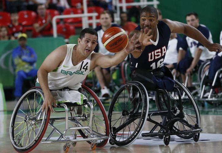 Trevor Jennifer, de EU, y Marcos Candido, compiten en basquetbol en silla de ruedas en los Juegos Paralímpicos de Río. (AP)