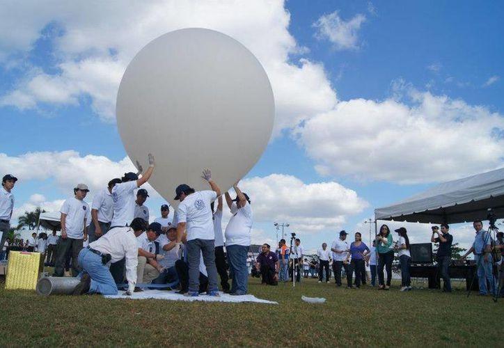 El 14 de diciembre de 2012 estudiantes de la Universidad Modelo lanzaron al espacio el satélite IMK-I. (Facebook/Universidad Modelo)