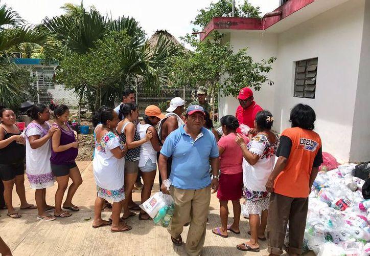 Las familias agradecieron el apoyo que reciben en estos momentos difíciles causados por fenómenos naturales. (Joel Zamora/SIPSE)