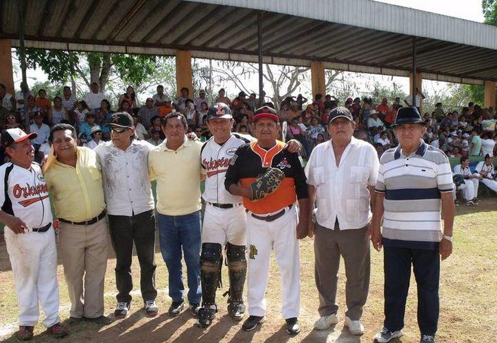 Además del partido entre Naranjeros y Atléticos se entregaron distinciones a exjugadores en el marco del aniversario 34 del campo 'Julio Matos'. (Milenio Novedades)