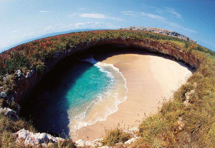 La Playa del Amor semeja un ojo de aguas azules turquesa con playas de arena dorada. (Vallarta Adventures/HotSpot Media)